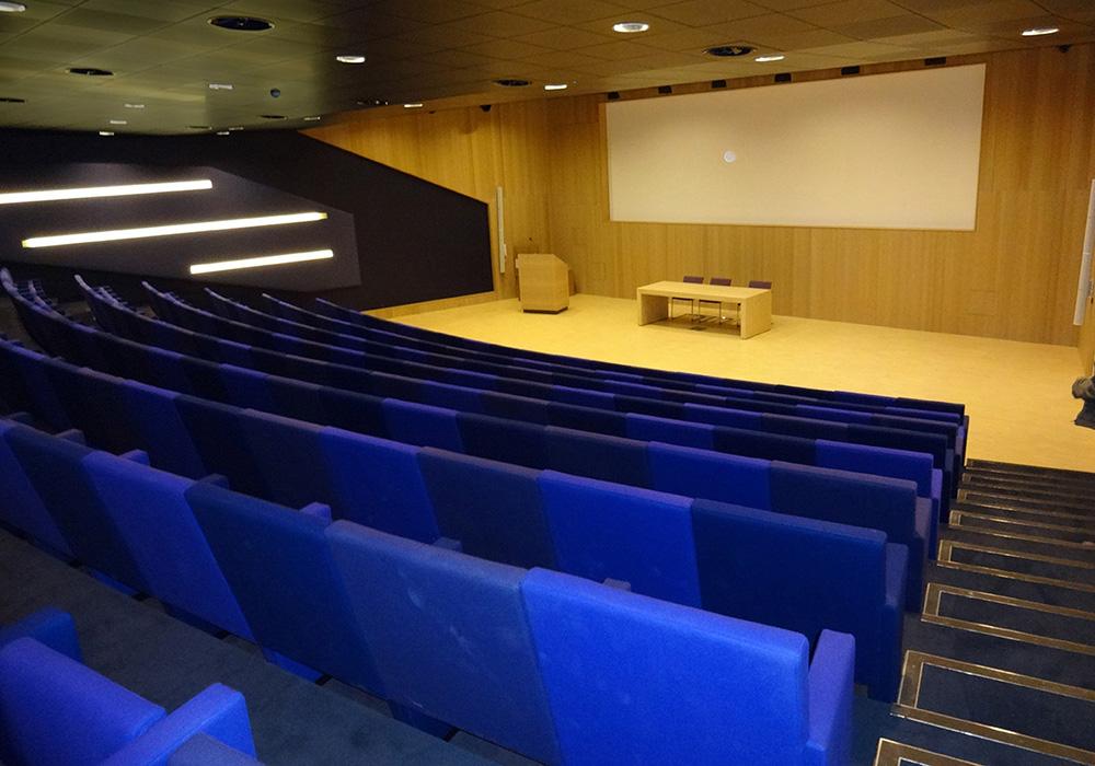 Interieur: auditorium van boven