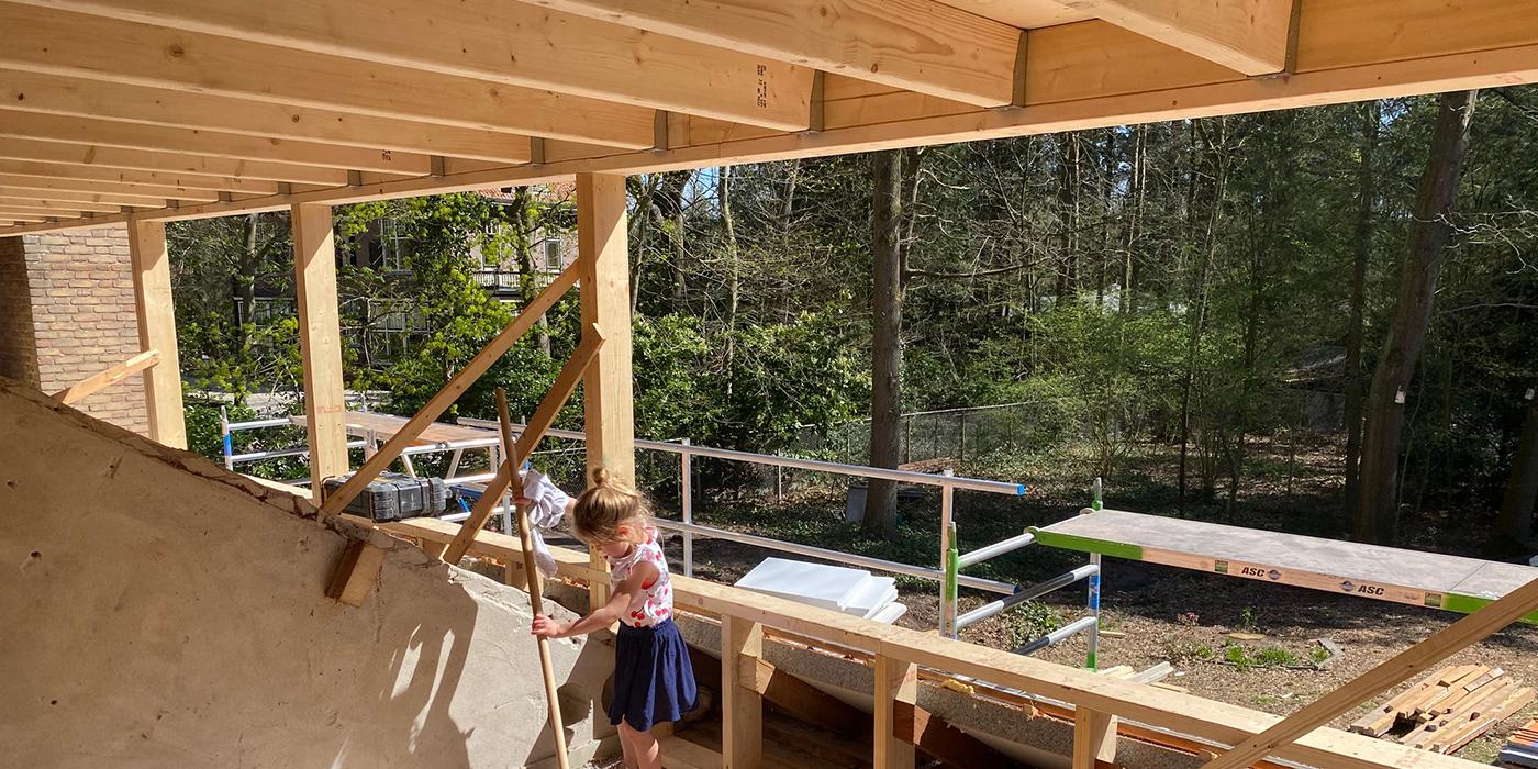 Uitzicht vanuit dakkapel tijdens bouw